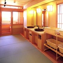 【露天檜風呂・脱衣所】おしゃれな脱衣スペース。