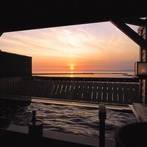 【露天檜風呂】水平線に沈む夕陽を見ながら浸かる、癒しのひと時。