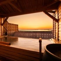 【露天檜風呂】展望露天風呂からは、美しい夕陽を眺めることができます。