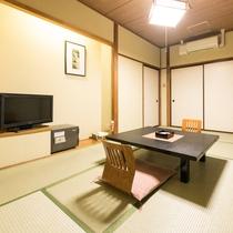 【和室8畳/バス・トイレ付き】落ち着いた雰囲気の和室です。