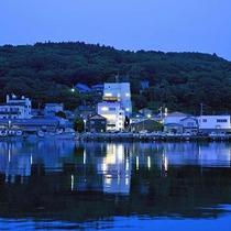 【外観】寺泊港は宿の目の前!海風が心地よい夕暮れ時。