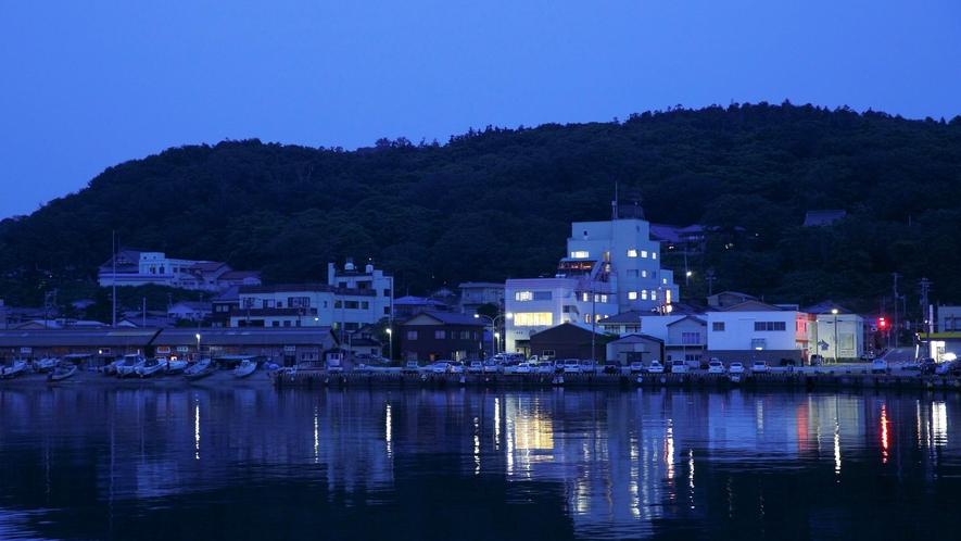 【外観】目の前は海、裏は山と自然の恵みが豊富な美味探究の宿