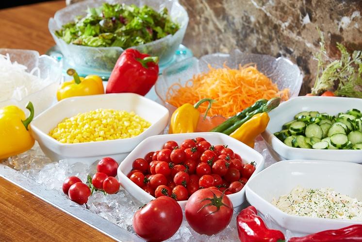 新鮮野菜が並ぶサラダバー、フレッシュフルーツなど種類豊富なブッフェボード※朝食ブッフェ休止中