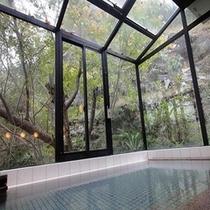 浴場1昼間の風景。夜が女性、朝が男性のご利用となります。15時〜23時・6時〜9時です。