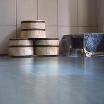 浴場1掛け流しの温泉。シャンプー・リンス・ボディーソープ・石鹸・綿棒を備えています。