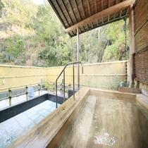 露天風呂は総檜風呂。目の前に緑が広がる、開放感あふれる空間。(露天風呂は浴場2のみ)