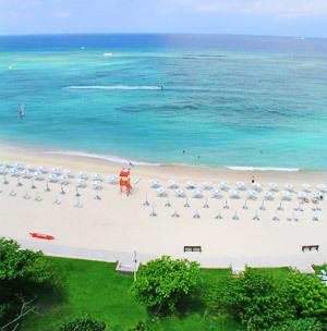 ホテルの目の前に広がる  ニライビーチ