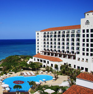 どこまでも続く青い海を背景に白亜のホテルアリビラとガーデンプール