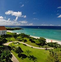 ホテルの目の前には珊瑚礁に囲まれたエメラルドグリーンの海