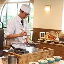 目の前で板前がお好み具材で調理《日本料理・琉球料理 佐和/朝食》
