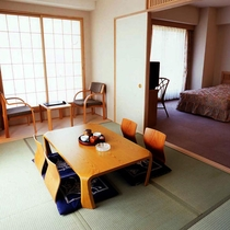*和洋室/セミダブルベッド2台とお布団2組で4名様までご宿泊いただけます。