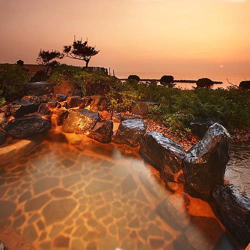 【露天風呂】夕日に染まる露天風呂