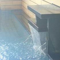 【内湯】内湯には、瀬波自慢の温泉が注がれています