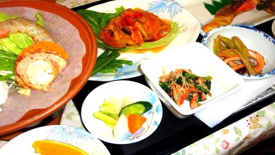 *夕食一例/地元の素材を使用したお食事をご用意しております。