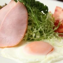 朝食-目玉焼き&ロースハム