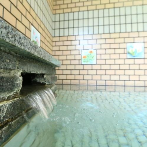 お風呂の様子。源泉かけ流し 100% 戸倉の湯