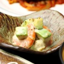 【夕食】お肉や魚を使った和洋折衷の料理が並びます。旬な食材を心をこめて料理します。_えびアボカド