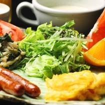 【朝食】自家製野菜や自家製味噌を使った、洋食をご用意します。_プレート