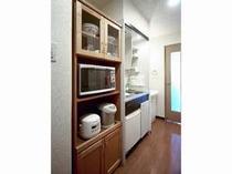 キッチン設備(食器もあります)又、大型の洗面化粧台があります