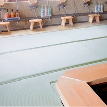 浴室内の床には滑りにくく・温かみのある畳を敷き詰めた温泉大浴場『松の湯』♪