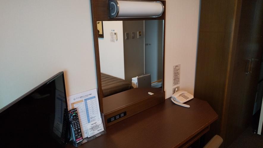 客室:有線LAN付きでPC作業もゆったり