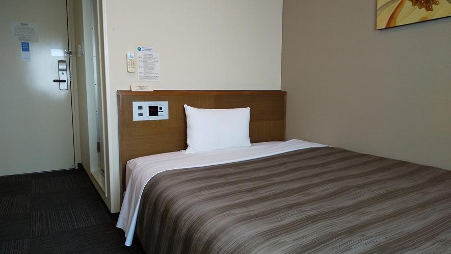 シングルルーム セミダブルサイズのベッドでお寛ぎ下さい。