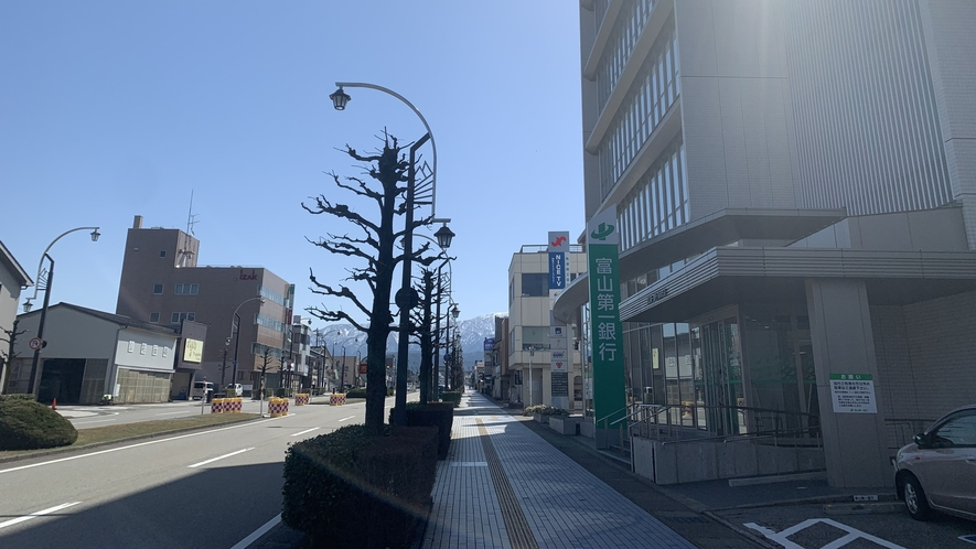 【ホテルルートインまでの道順】右手側に富山第一銀行が見えてきます。そのまま進んでください!