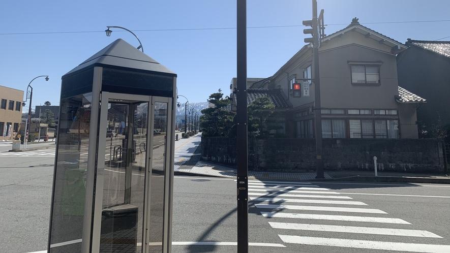 【ホテルルートインまでの道順】電話ボックスのある信号機が見えてきます。そのまま直進して下さい!