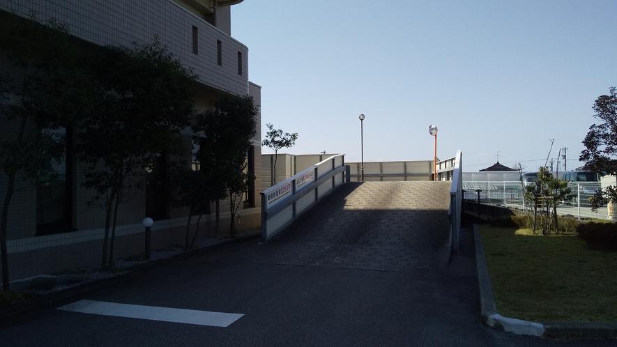 駐車場:平面駐車場からスロープを使って裏手立体駐車場へ