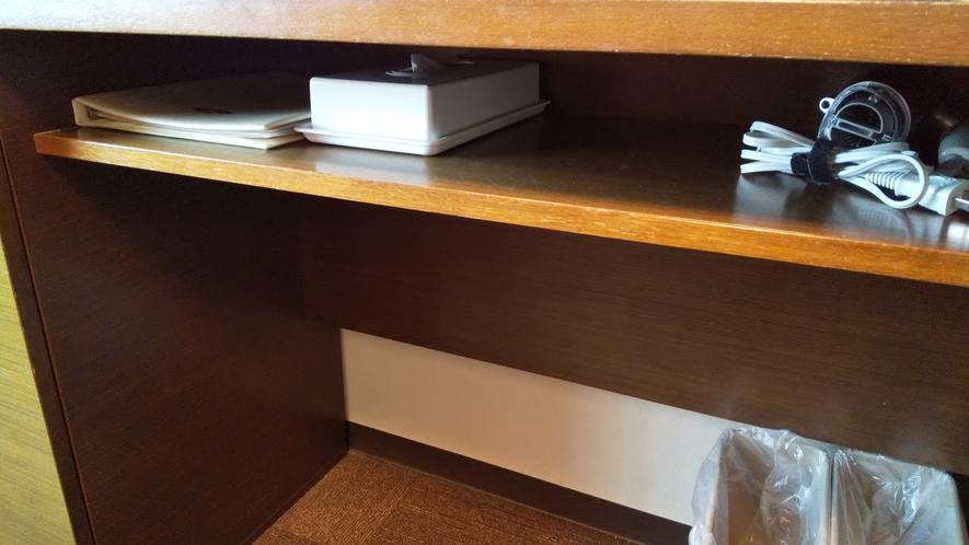 机下の棚:館内インフォメーション・ティッシュ・ドライヤーを設置しております。