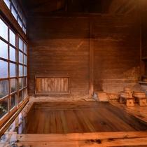*風呂(鼬沢の湯)/薫り高い檜風呂。貸切でご利用できます。