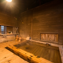 *風呂(竹ノ花の湯)/源泉掛け流しになっている温泉は、無色透明のお肌に優しいなめらかな湯です。