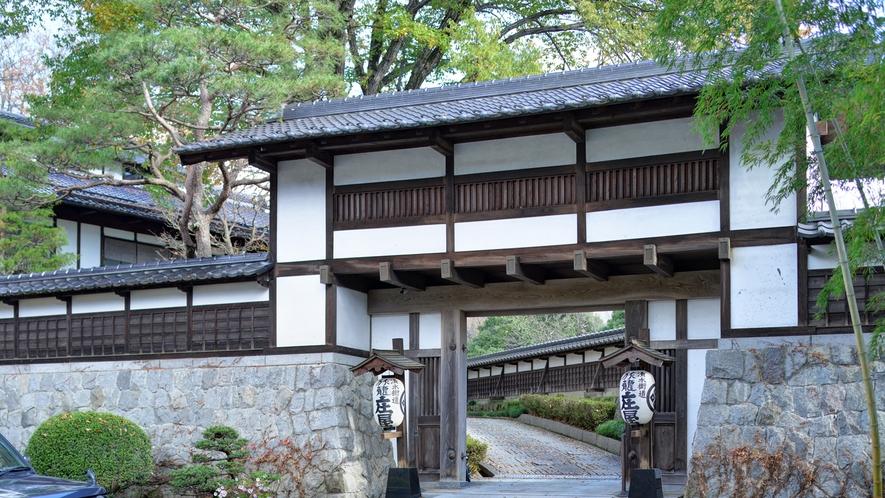 *門をくぐると昔の庄屋さんの家財を使って建てた趣のある宿が姿を見せます。