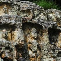 観光地:岩谷観音 信夫山の中腹の岸壁に掘られた60体以上の磨崖仏群。