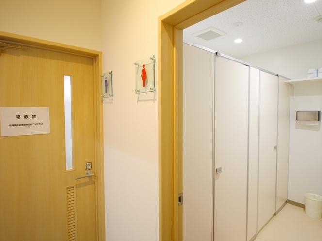 【内観】《共用トイレ》共用箇所にも男女それぞれトイレがございます。