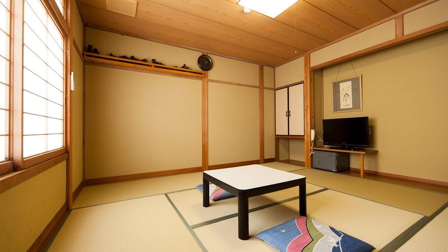 ・和室8畳(洗面所付・バストイレ共同):畳の香り漂う落ち着いた佇まい