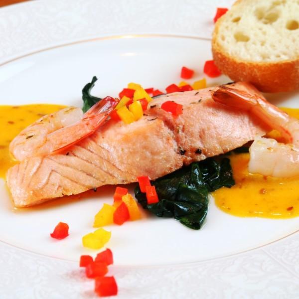 【夕食】マスタードが入ったオリジナルソースのサーモンソテーはご宿泊いただいたお客様たちから大人気♪