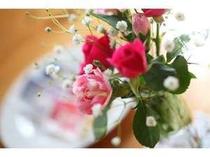 館内にはさりげなく飾られた花が