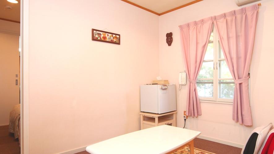 【客室】フリージア。ツインルームとトリプルルームの間にリビングを設けました