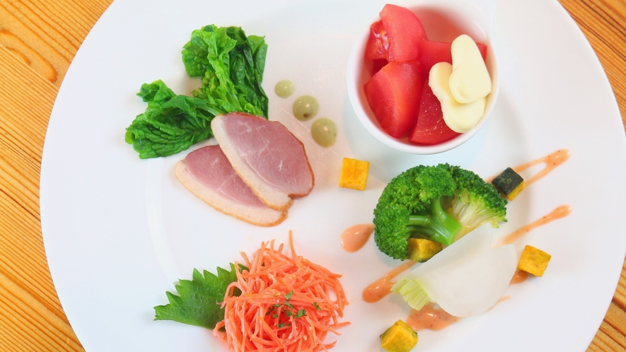 【夕食】前菜は地元産の野菜を使った4種類のサラダ盛り合わせ