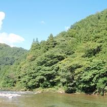 *【風景(夏)】夏になると伊南川で鮎が解禁され、多くの釣り人で賑わいます。
