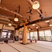 *2F集いの間/心地よい風が吹く休憩スペース。湯上りやトレッキング帰りのひと休みにご利用下さい。