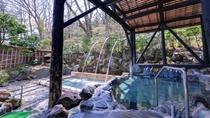 *男湯(露天風呂)/茅葺き屋根のお風呂と打たせ湯から成りたつ露天風呂。どちらも風情があり◎