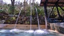 """*男湯(露天風呂)/4mの高さから、まさに滝のように流れ落ちる""""打たせ湯"""""""