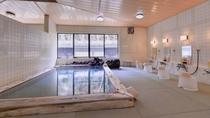 *畳敷きの大浴場/畳のぬくもりを足元で感じて、心からリラックスできる湯浴みをご堪能ください