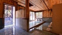 *男湯(内湯)/源泉があふれる贅沢な檜風呂。肌に染み入る元湯の心地よさをご堪能ください