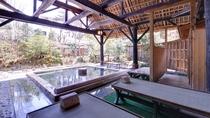 *女湯(露天風呂)/源泉あふれる檜風呂の湯船に浸かりながら癒しのひと時をお過ごし下さい