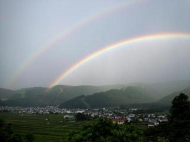 温泉街にかかる虹