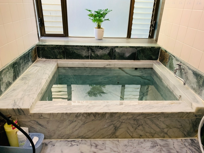 貸切できる大理石の天然温泉!