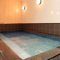 【母屋貸切風呂】 広々としたお風呂ですのでごご家族でもゆったりとご利用いただけます。
